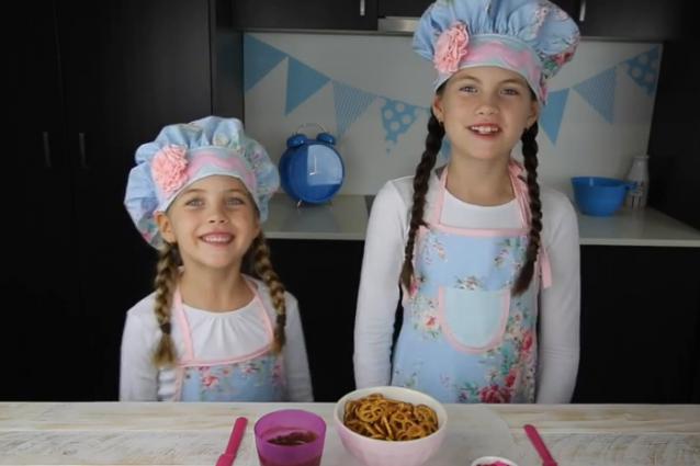Guadagnano 110mila euro al mese sono due bimbe e cucinano - Bambine che cucinano ...