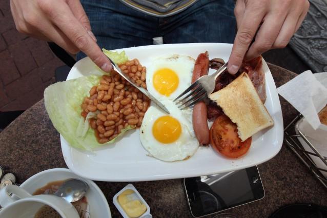 Saltare i pasti fa crescere la pancetta: ecco per quale motivo