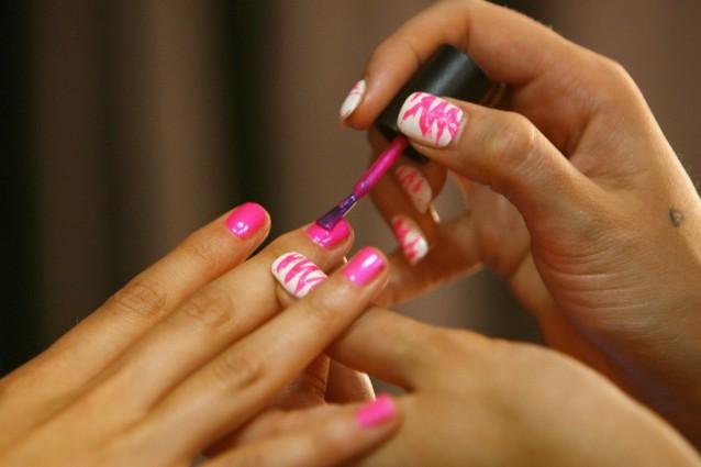 Copre i graffi e rende i gioielli lucidi: i 10 usi alternativi dello smalto per unghie