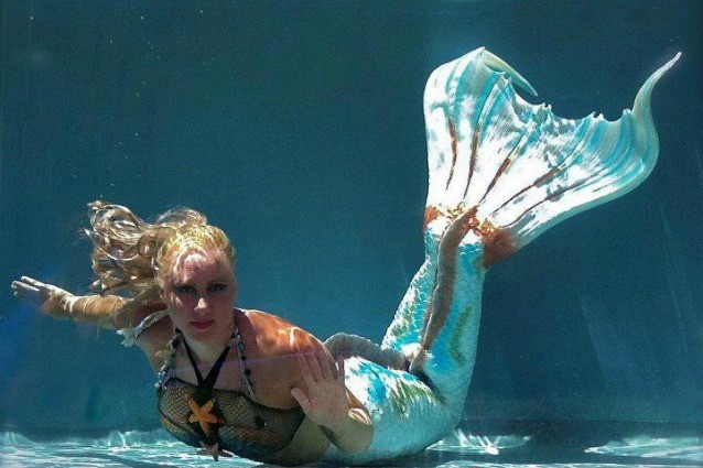 Melissa la donna sirena nuota con coda e rimane in