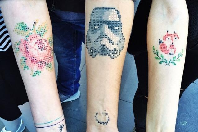 Tatuaggi come ricami sulla pelle: il nuovo trend dei tattoo a punto croce (FOTO)