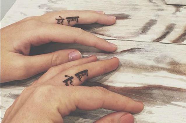 """Un tatuaggio al posto dell'anello: l'amore eterno è """"disegnato"""" sulle dita (FOTO)"""