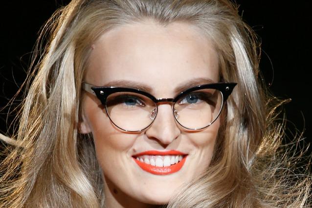 Come truccarsi con gli occhiali tutti i consigli per un for Attrici con gli occhiali da vista