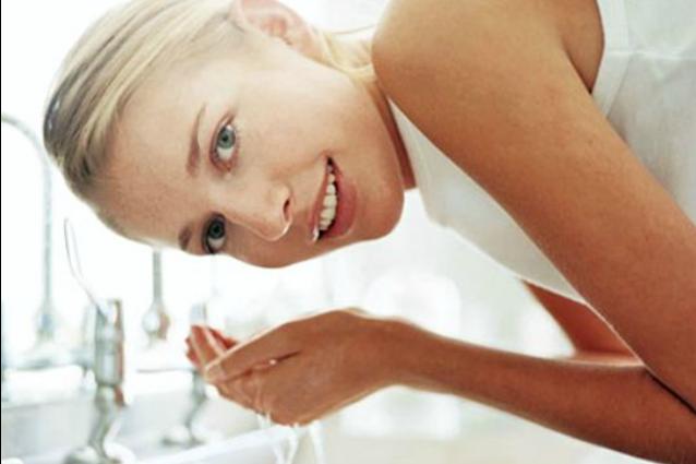 Ti lavi il viso nel modo giusto? Ecco l'errore che può danneggiare la tua pelle
