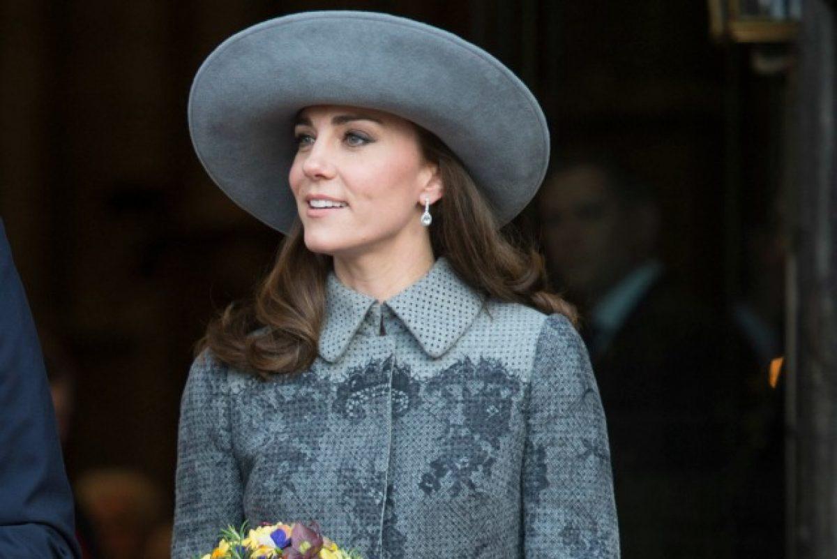 Kate Middleton principessa di stile è la più elegante con cappello abbinato  al cappotto ... 67da5f8d198d