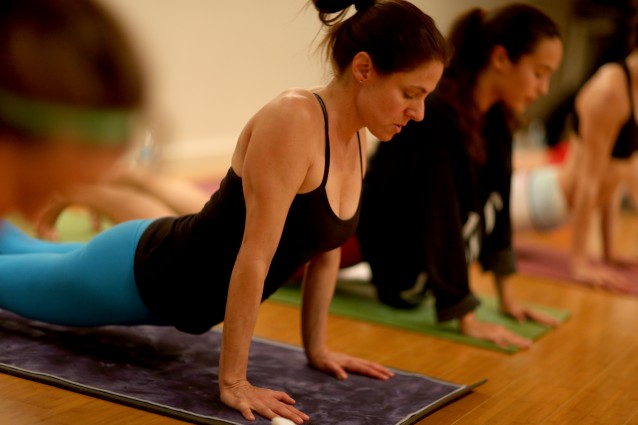 Le posizioni yoga per combattere i dolori cervicali