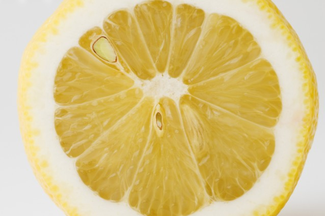 """Rimuove le macchie e schiarisce i capelli: i 9 usi """"alternativi"""" del limone"""