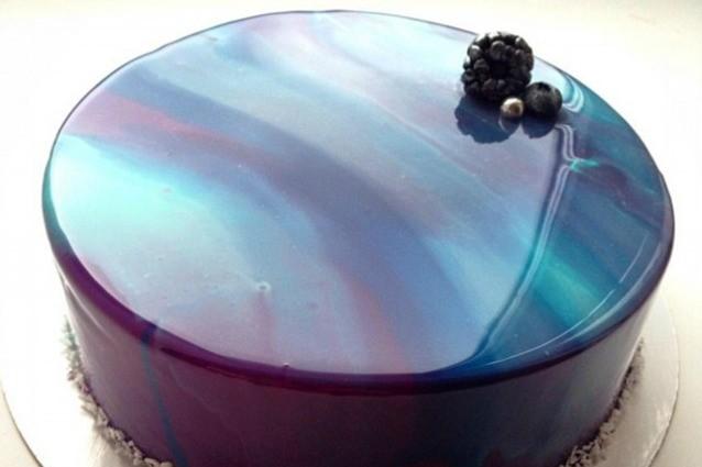 Torte che sembrano di marmo le splendide creazioni fatte con la glassa - Glasse a specchio alla frutta ...