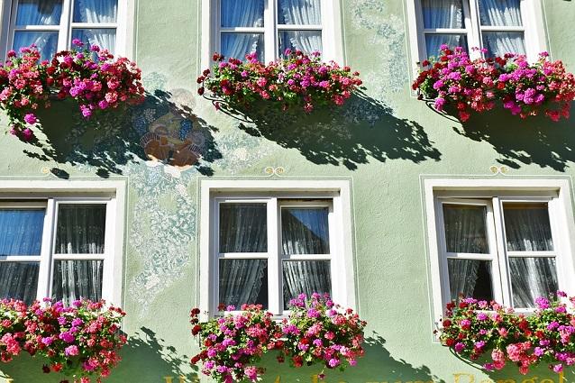 Come pulire i vetri i rimedi per farli brillare senza - Pulire vetri finestre ...