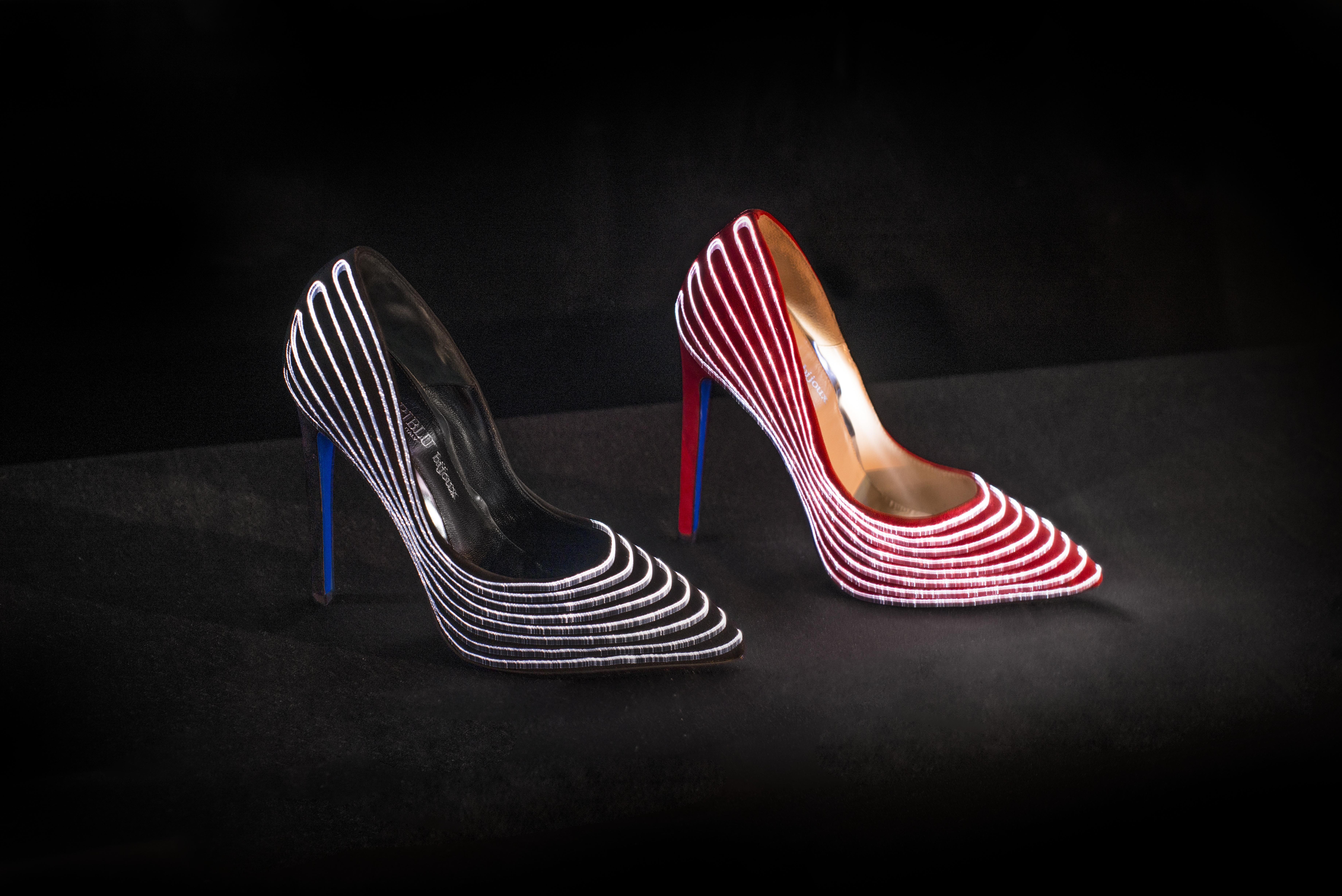 Selene, le scarpe dal tacco vertiginoso che si illuminano al