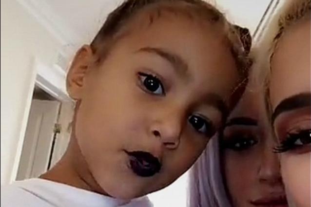 North West indossa il rossetto nero come zia Kylie: a 3 anni è già una diva