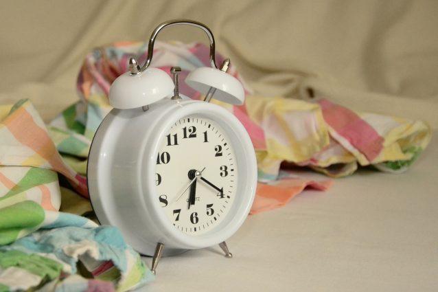 Continuare a dormire dopo che la sveglia ha suonato è sintomo di intelligenza: ecco perché