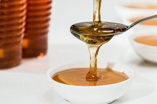 Tosse e mal di gola? Ecco come preparare uno sciroppo naturale a base di miele