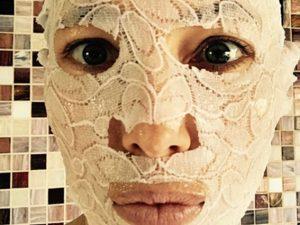 maschera viso quanto tenerla