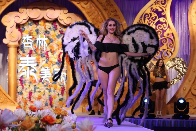 """Lingerie e ali da angeli: in Cina va in scena la """"falsa"""" sfilata di Victoria's Secret"""