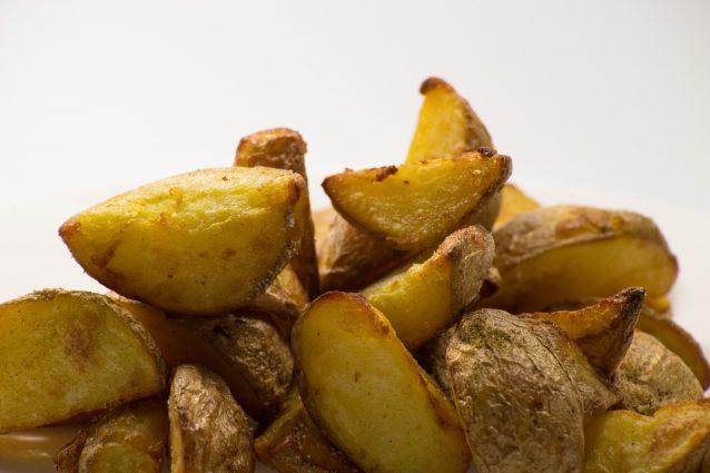 Le patate potrebbero esporre al rischio cancro: ecco come cuocerle per evitare problemi