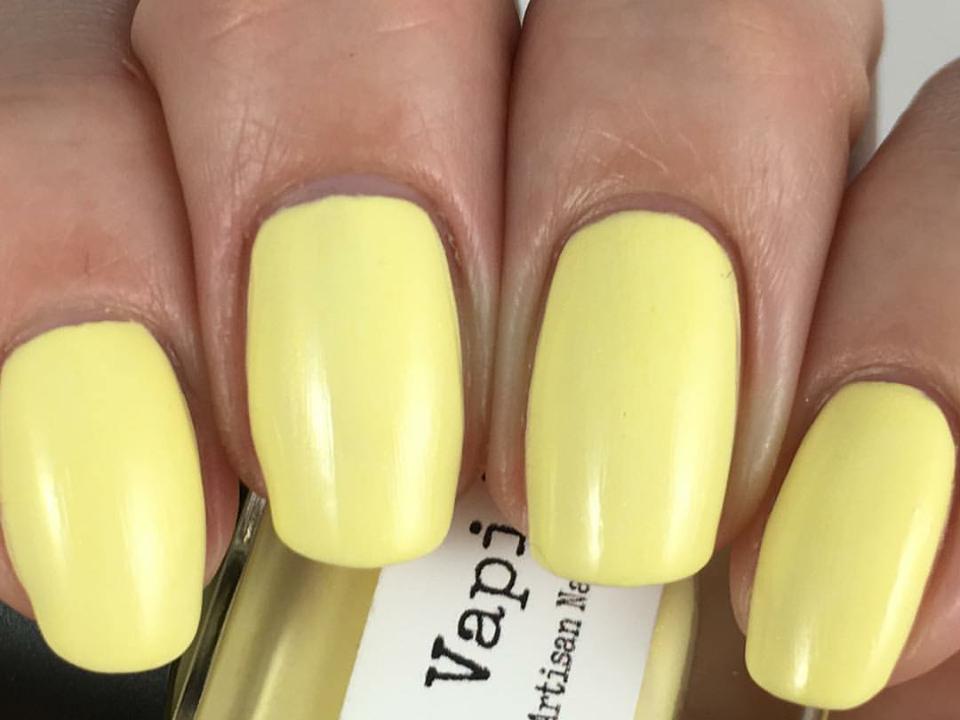 Vestito giallo colore unghie