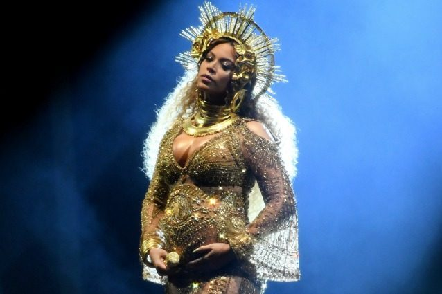 Beyoncé mostra il pancione ai Grammy: mai un look premaman così glamour