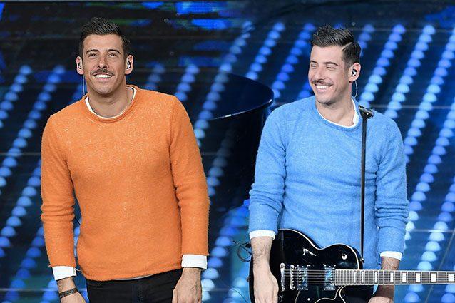 Sanremo 2017: all'Ariston spopolano i maglioni a colori di Francesco Gabbani