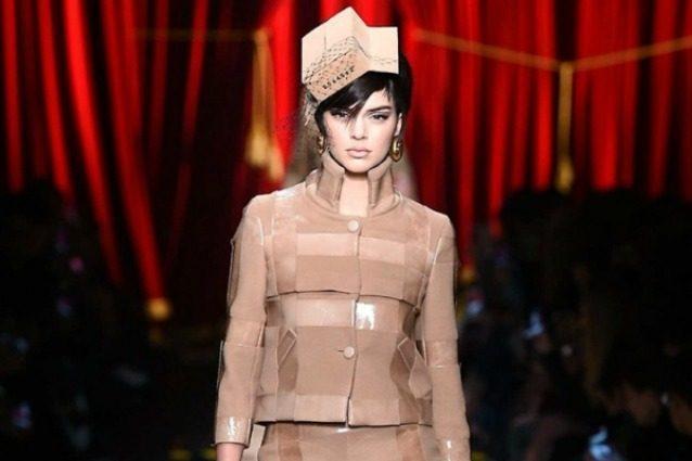 """Kendall Jenner """"impacchettata"""" in passerella: con Moschino il riciclo diventa chic"""