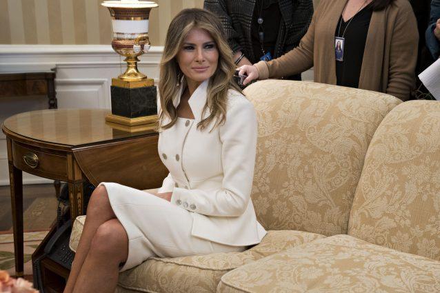 Il debutto di Melania come First Lady: per la prima volta alla Casa Bianca con il marito