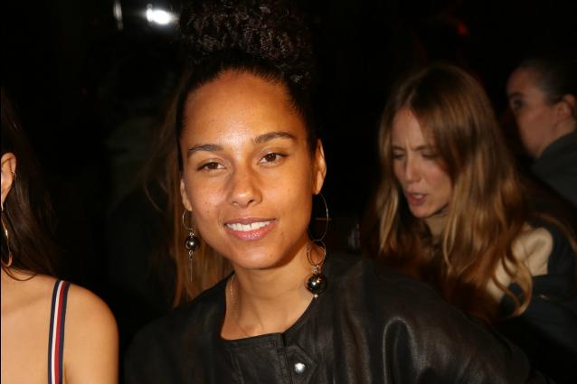 Alicia Keys senza trucco alle sfilate di Parigi: le donne non hanno bisogno del make-up