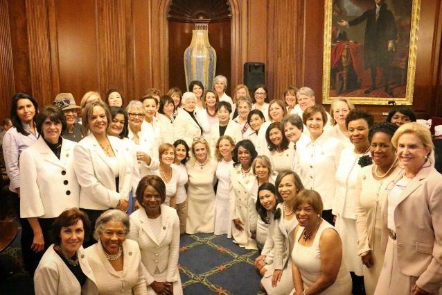 Abiti bianchi per protestare contro Trump: la ribellione delle donne democratiche