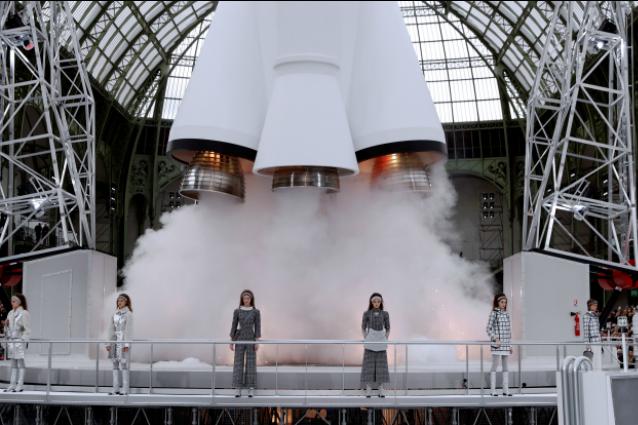 Chanel oltre l'infinito, alla sfilata una navicella spaziale prende il volo