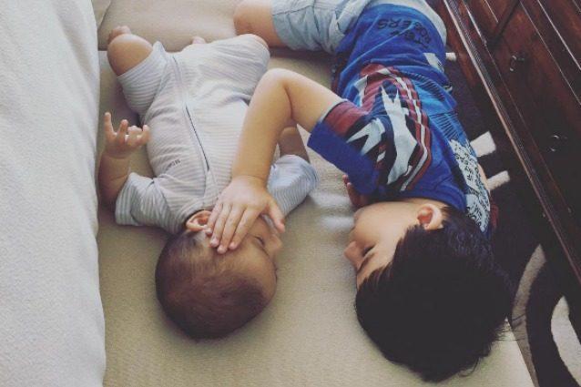 """""""Sono qui, va tutto bene"""": il dolce bimbo che coccola il fratellino malato di cancro"""
