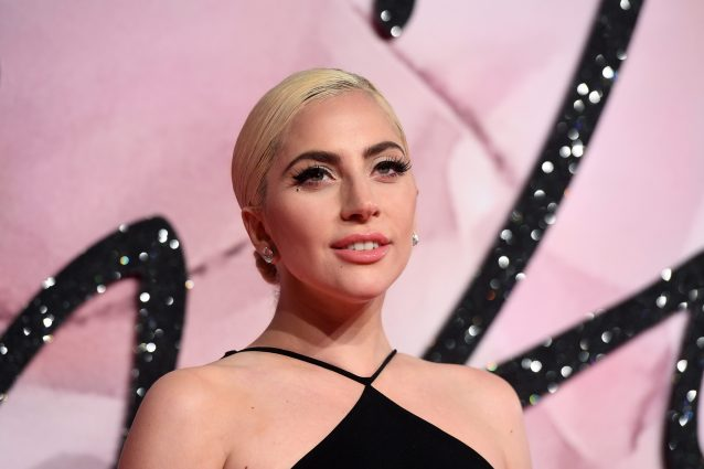Lady Gaga in strada solo con la culotte e cellulite in bella mostra