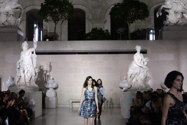 Louis Vuitton sfila al Louvre: i modelli invernali tra le statue antiche