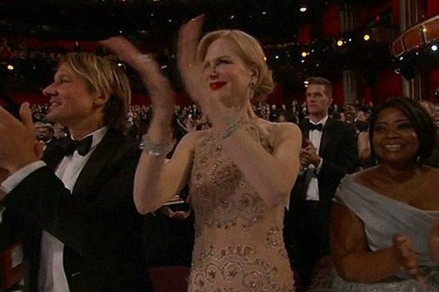 """""""Non volevo rovinare l'anello"""": la Kidman rivela il motivo dello strano applauso agli Oscar"""