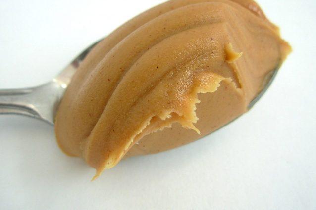Rimuove i graffi dal legno, idrata la pelle: gli usi alternativi del burro di arachidi