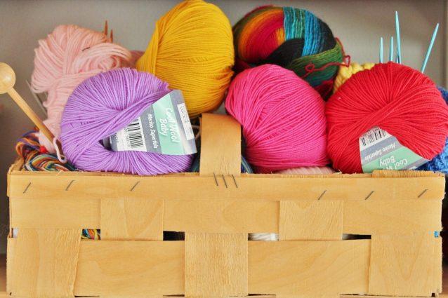 Lavorare a maglia per combatte lo stress: rilassa e tiene in allenamento la mente