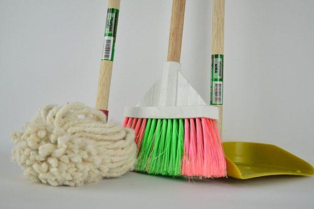 Dedicarsi alle pulizie in casa fa bene: 7 motivi per cui bisogna farlo spesso