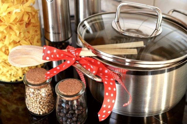 Scongelare la carne sul metallo e ghiaccio con acqua calda: 10 trucchi da usare in cucina
