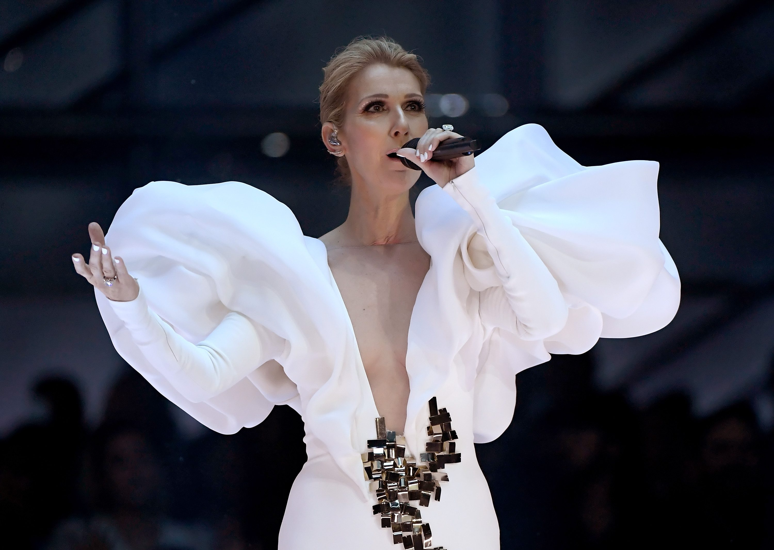 best service 9def3 4adcc Celine Dion, abito bianco per cantare My Heart Will Go On ai ...