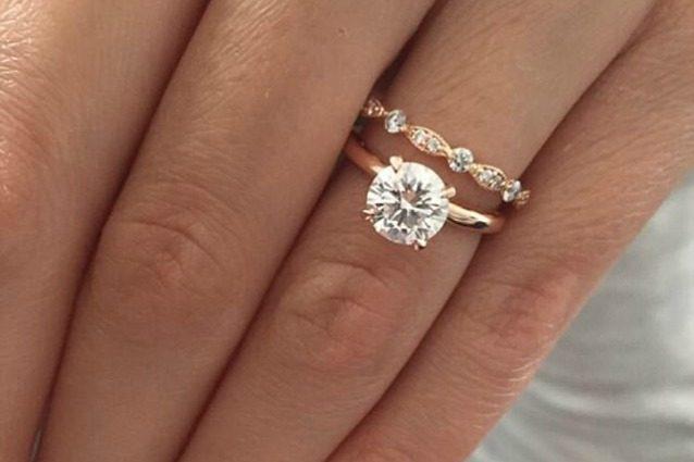 Famoso Oro rosa e grosso diamante ecco l'anello di fidanzamento più  ZB94