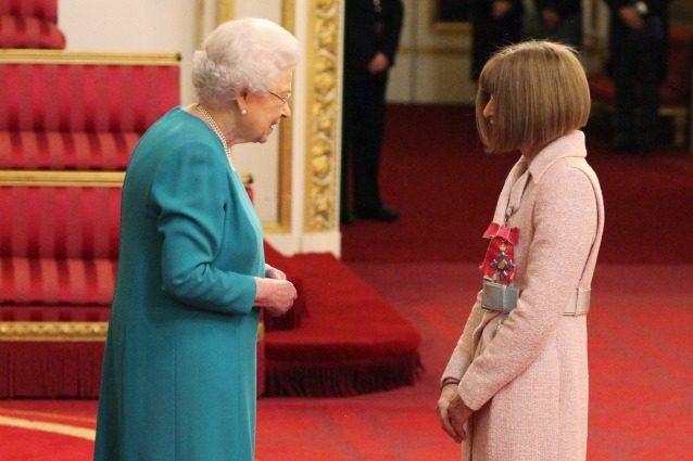 Anna Wintour diventa Dama, la direttrice di Vogue riceve il titolo dalla regina Elisabetta