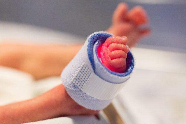 Nasce prematura e pesa meno di 2 chili: la bimba è stata salvata dai paramedici