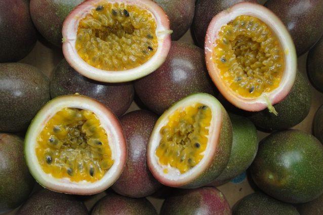 Maracuja: proprietà benefiche, usi e controindicazioni del frutto della passione