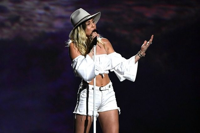 Addio eccessi e nudità, la nuova Miley Cyrus sul palco dei Billboard Awards 2017