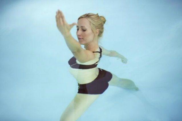 Acqua yoga: l'allenamento rilassante per tenersi in forma in estate