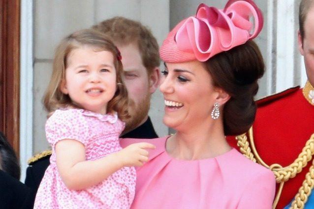 Kate e Charlotte scelgono look coordinati: le reali in rosa per il Trooping the Colour
