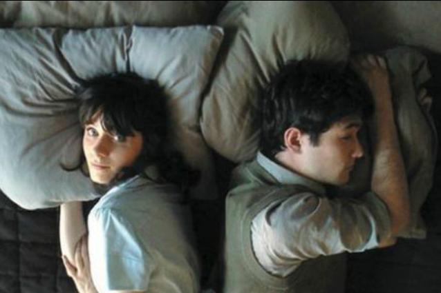 In che posizione dormi con il partner? Ecco cosa rivela della tua storia d'amore
