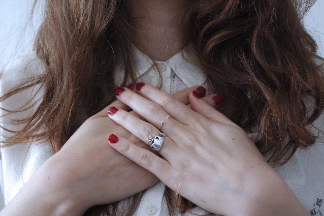 In che posizione indossi l'anello? Ecco cosa significa
