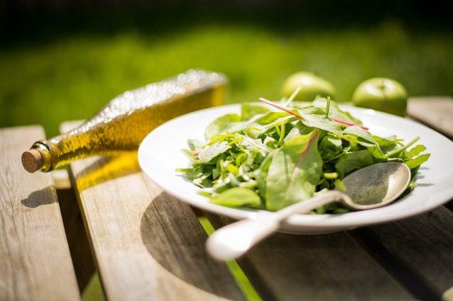 Mangiare finocchi, dormire molto: 9 buone abitudini che aiutano a perdere peso