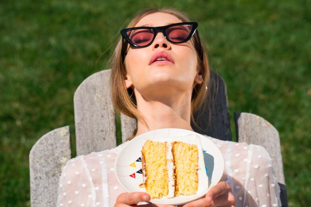 Gigi Hadid tra i fornelli: la top diventa pasticciera con gli occhiali