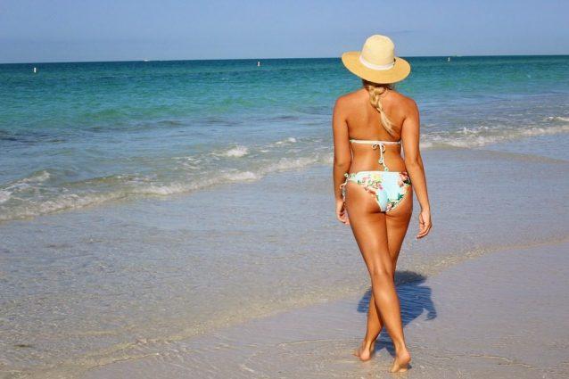 """""""Niente bikini per le donne oltre i 50 kg"""": il post assurdo indigna il web"""
