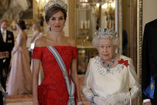 Letizia di Spagna incontra Elisabetta II: è sfida di stile tra due generazioni
